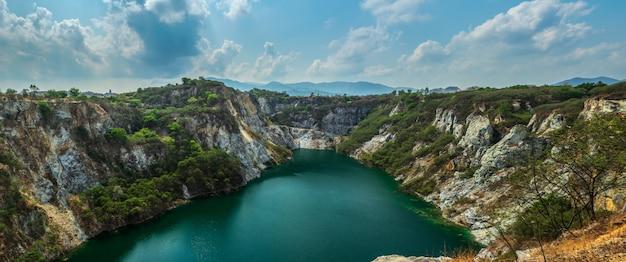 Lago na montanha de mineração do grand canyon na mina de pedra de kiri nakhon Foto Premium