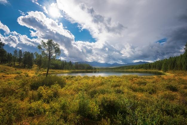 Lago nas montanhas altai Foto Premium