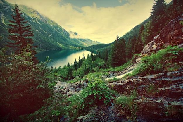 Lago nas montanhas. Foto gratuita