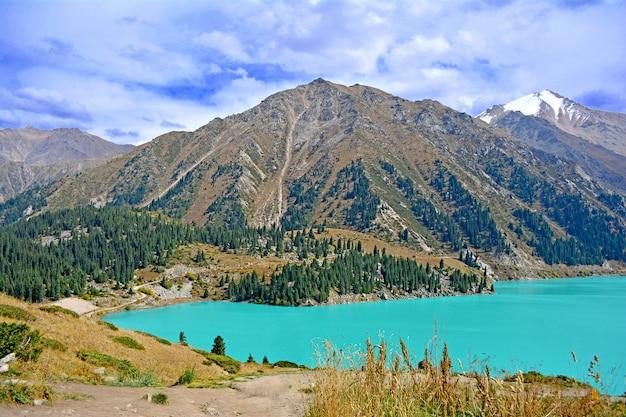 Lago nas montanhas Foto Premium