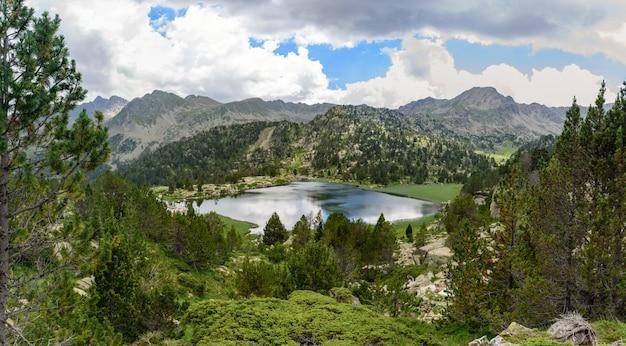 Lago pessons em grau roig, encamp, andorra Foto gratuita