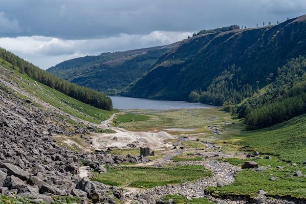 Lago superior de glendalough da maneira dos mineiros, vale de glenealo. Foto Premium