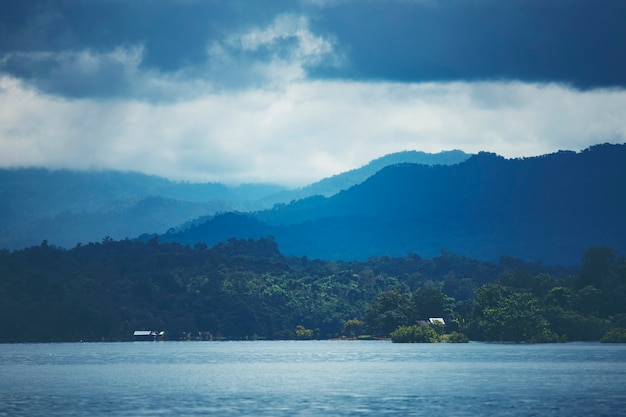 Lago tropical e montanha, vista da natureza Foto Premium