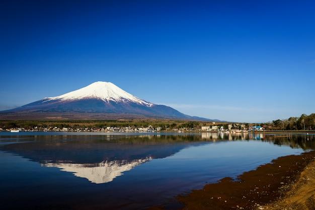 Lago yamanaka e montanha fuji Foto Premium