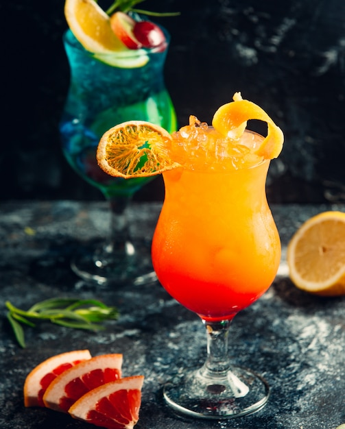 Lagoa azul e cocktails de laranja com fatias de frutas. Foto gratuita