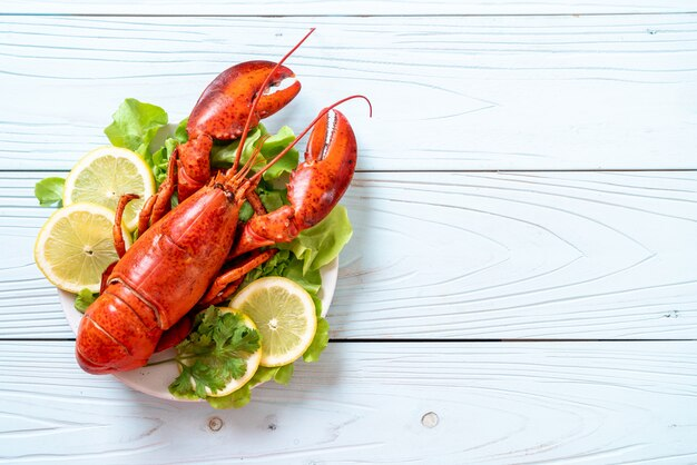 Lagosta cozida com legumes e limão Foto Premium