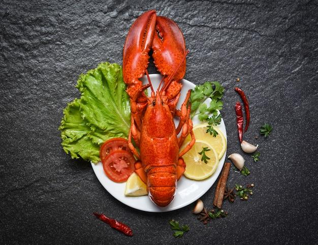 Lagosta, ligado, prato, marisco, marisco, camarão, com, limão, salada, alface, vegetal, e, tomate Foto Premium
