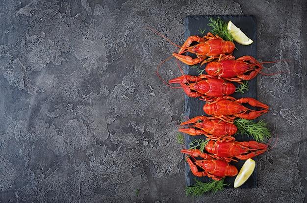 Lagostim. crawfishes fervidos vermelho na tabela no estilo rústico, close up. closeup de lagosta. Foto Premium