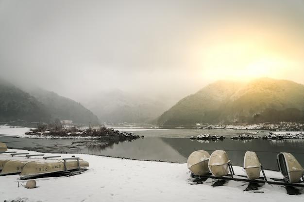 Lake shoji japão. vista da bela branco inverno Foto gratuita