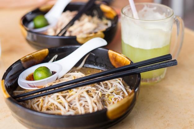 Laksa, comida tradicional em kuching, bornéu Foto Premium