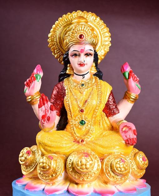 Lakshmi - deusa hindu, deusa lakshmi. deusa lakshmi durante a celebração de diwali. festival da luz hindu indiano chamado diwali Foto Premium