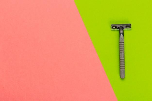 Lâmina descartável em uma vista superior brilhante e colorida Foto Premium