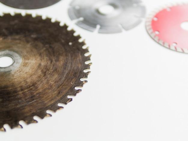 Lâminas de serra na mesa branca Foto gratuita