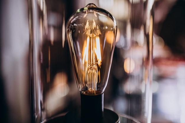 Lâmpada acesa no quarto escuro Foto gratuita