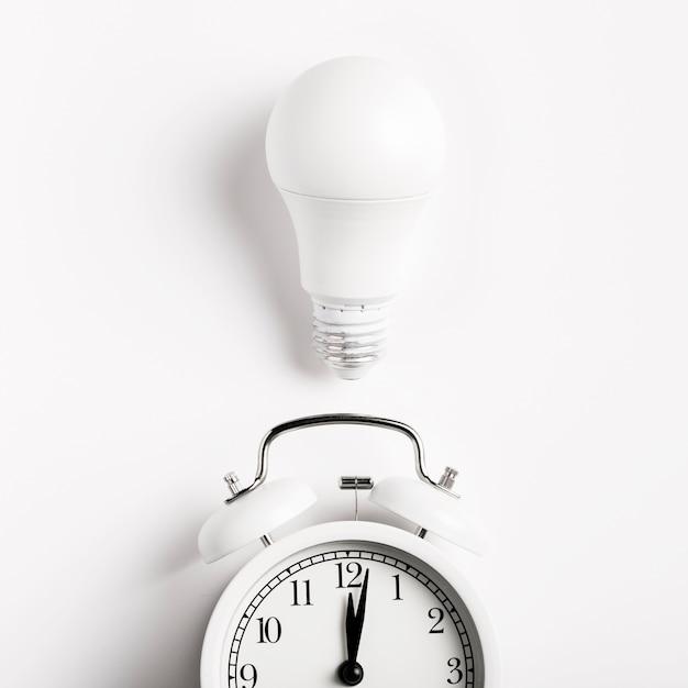 Lâmpada acima relógio vintage Foto gratuita