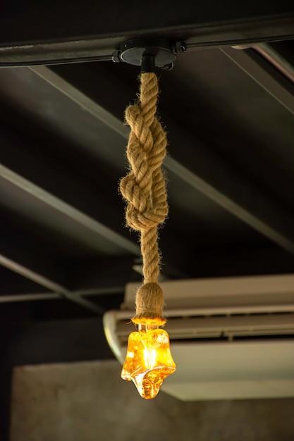 Lâmpada amarela a estrela em forma de enforcamento com uma corda. Foto Premium