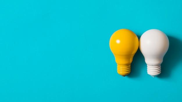Lâmpada amarela e branca em fundo azul Foto gratuita