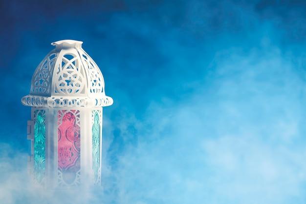 Lâmpada árabe com luz colorida e fundo colorido Foto Premium