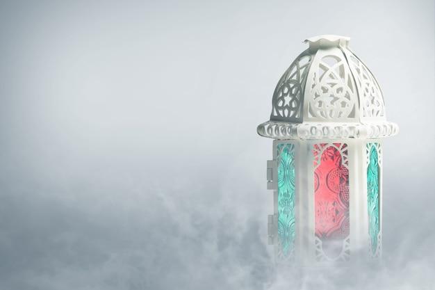 Lâmpada árabe com luz colorida e fundo de nevoeiro Foto Premium