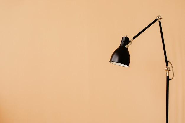Lâmpada de assoalho elegante no apartamento Foto Premium