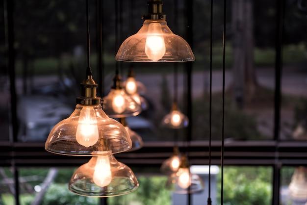 Lâmpada de iluminação pendurada com fundo natural Foto Premium