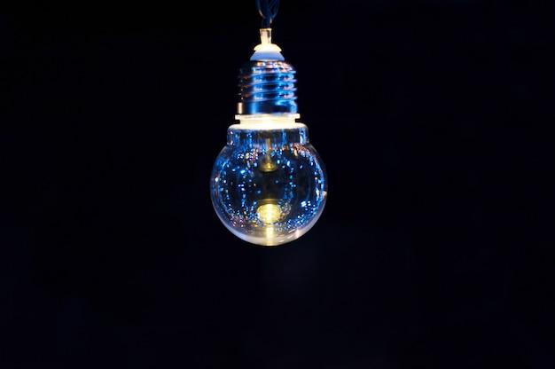 Lâmpada decorativa brilhante sobre um fundo escuro Foto Premium