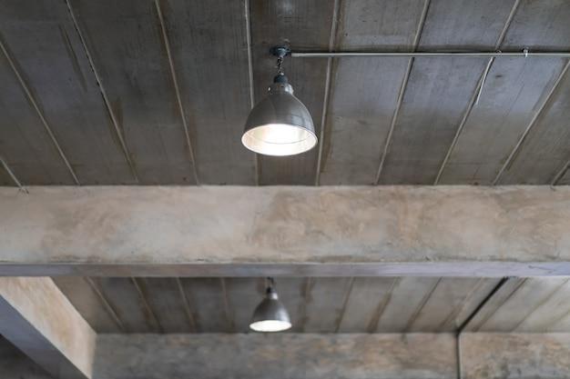 Lâmpada do teto no edifício que decorou em loft e estilo industrial close-up. Foto Premium