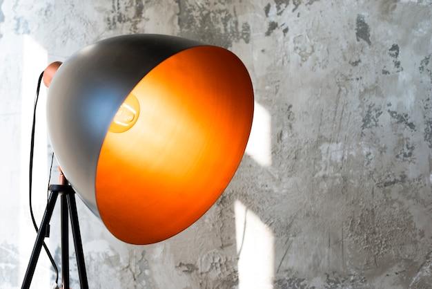 Lâmpada metálica preta enorme com luz amarela Foto gratuita
