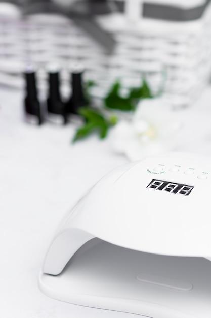 Lâmpada ultravioleta de manicure no salão Foto gratuita