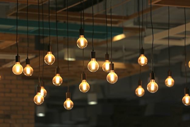 Lâmpadas de incandescência vintage penduradas. lâmpadas de estilo antigo decorativo. Foto Premium