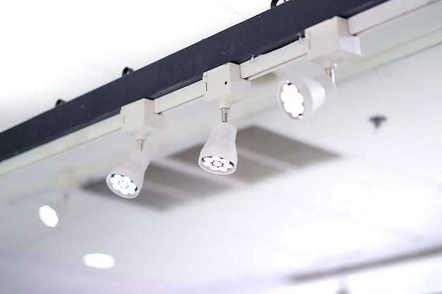 Lâmpadas de luz spot instaladas na barra alta Foto Premium