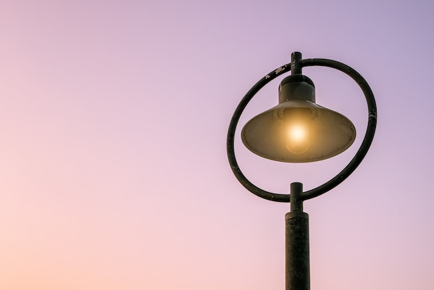 Lâmpadas de rua e luz de fundo da manhã Foto Premium
