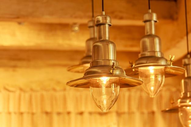 Lâmpadas de teto moderno iluminação quente no café e restaurante de decoração de interiores Foto Premium