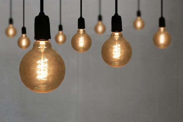 Lâmpadas do vintage no fundo cinzento da parede. Foto Premium
