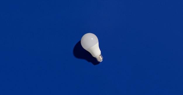 Lâmpadas economizadoras de energia led azul Foto Premium
