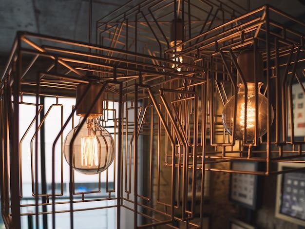 Lâmpadas em gaiola de metal. estilo antigo Foto Premium