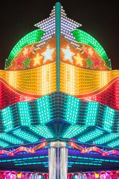 Lâmpadas incandescentes de um parque de diversões Foto gratuita