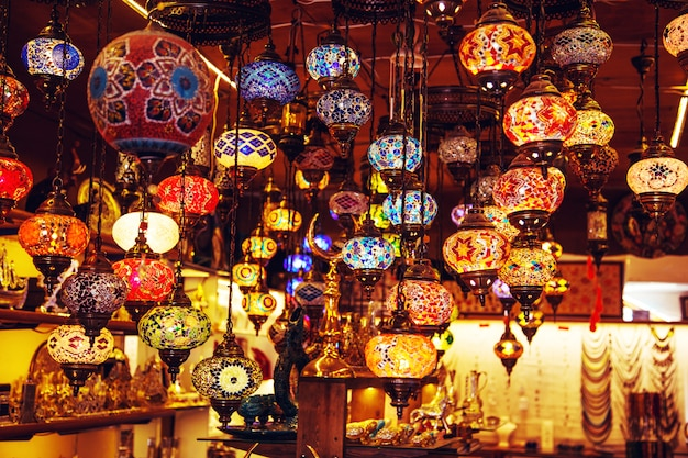 Lâmpadas turcas artesanais tradicionais na loja de souvenirs. Foto Premium