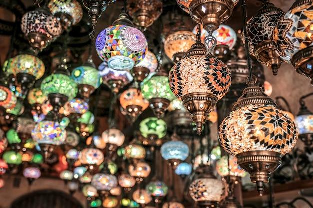 Lâmpadas turcas artesanais tradicionais surpreendentes na loja de lembranças local, goreme. cappadocia turkey Foto Premium