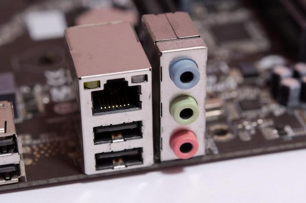Lan lan rj 45 e soquete de saída de áudio na placa-mãe do computador isolada no branco Foto Premium