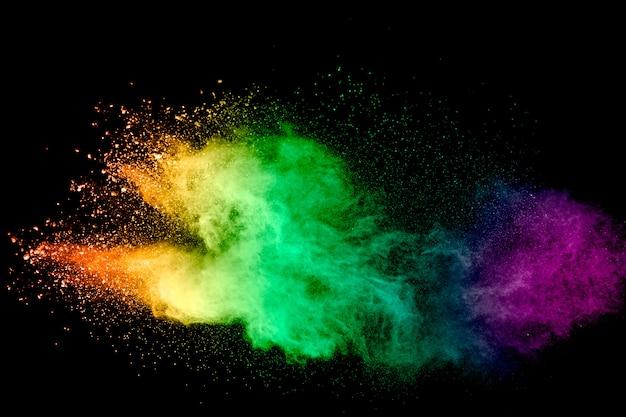 Lançado pó multicolorido na superfície preta Foto Premium