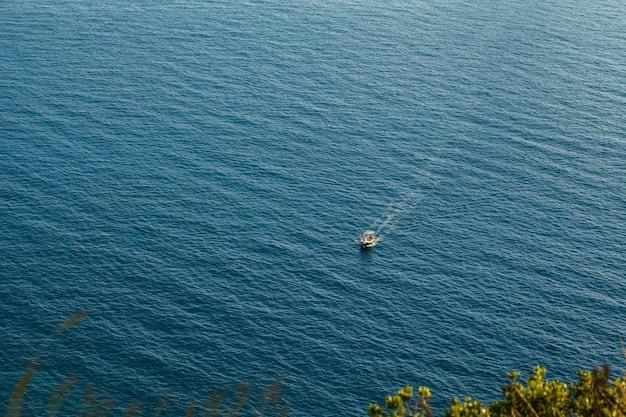 Lancha pequena no mar Foto Premium