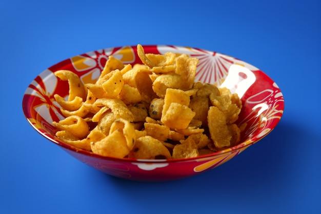 Lanche de milho frito dourado na placa Foto Premium