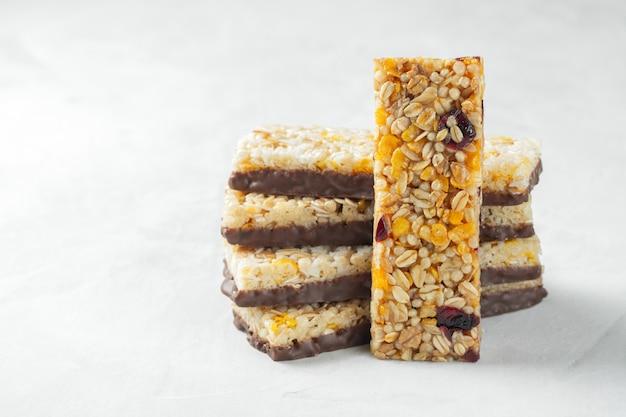 Lanche de sobremesa doce saudável. barra de cereal granola. Foto Premium