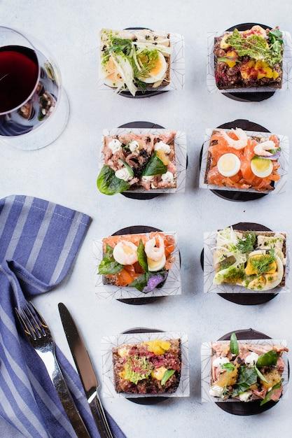 Lanche escandinavo. smorrebrods. sanduíches tradicionais dinamarqueses abertos, pão de centeio escuro Foto Premium