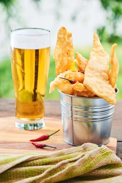 Lanche para chope de cerveja chile servido em um pequeno balde de ferro Foto Premium