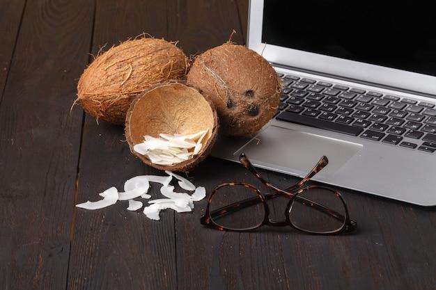 Lanche saudável: chips de cocos torrados na mesa de madeira Foto Premium