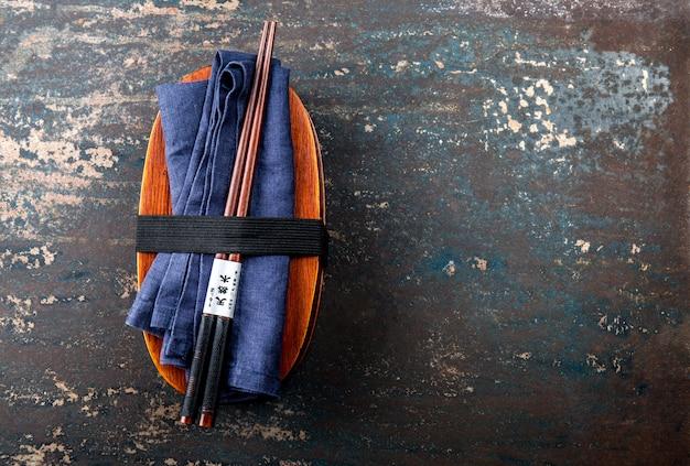 Lancheira. caixa de bento japonês com pauzinhos. vista superior, comida japonesa Foto Premium