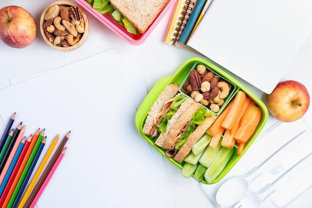 Lancheira conjunto de sanduíche de queijo presunto com pepino Foto Premium