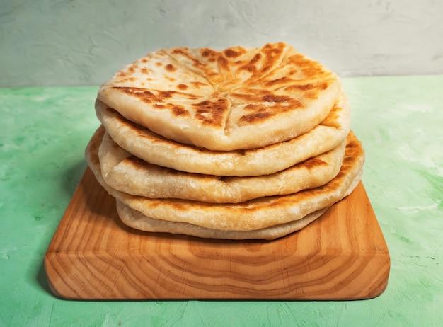 Lanches afegãos. pão de batata e cebolinha afgan - bolani kachaloo. Foto Premium